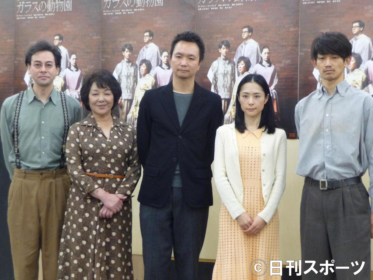 「ガラスの動物園」の会見に出席した、左から鈴木浩介、立石涼子、長塚圭史、深津絵里、瑛太(2012年2月6日)