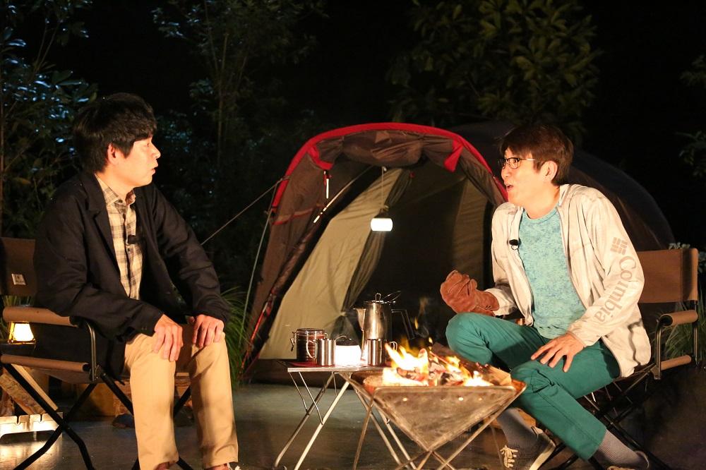 たき火を間に語り合う坂元裕二氏(左)と石橋貴明(C)フジテレビ