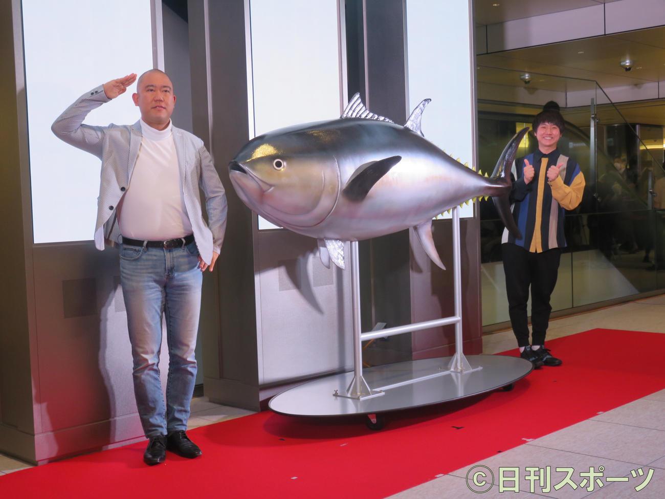 「近畿大学水産研究所 はなれ」の開店記念トークショーに出演したコロコロチキチキペッパーズのナダル(左)と西野創人