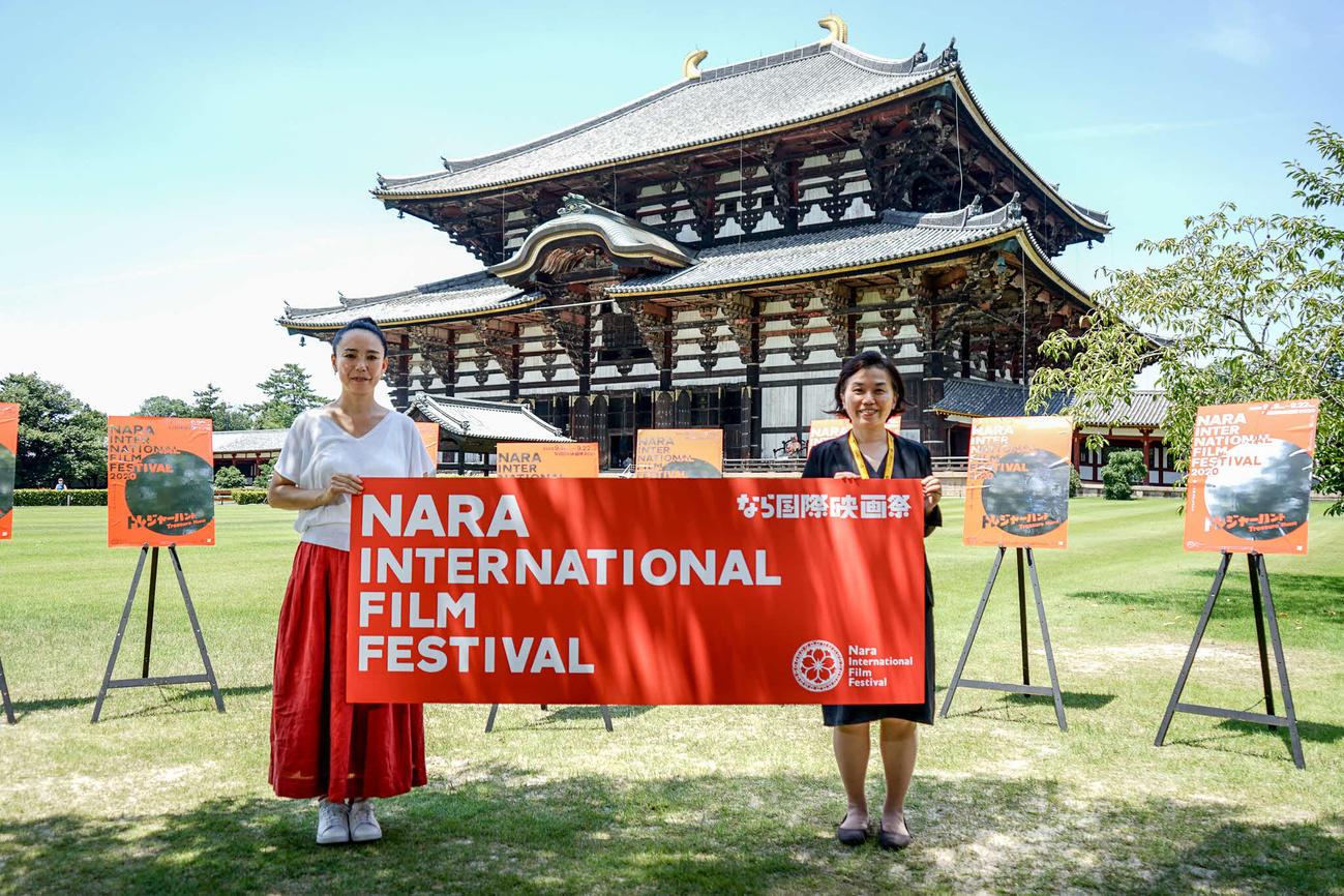東大寺大仏殿前で、なら国際映画祭の会見を開いた、河瀬直美監督(左)と中野聖子理事長