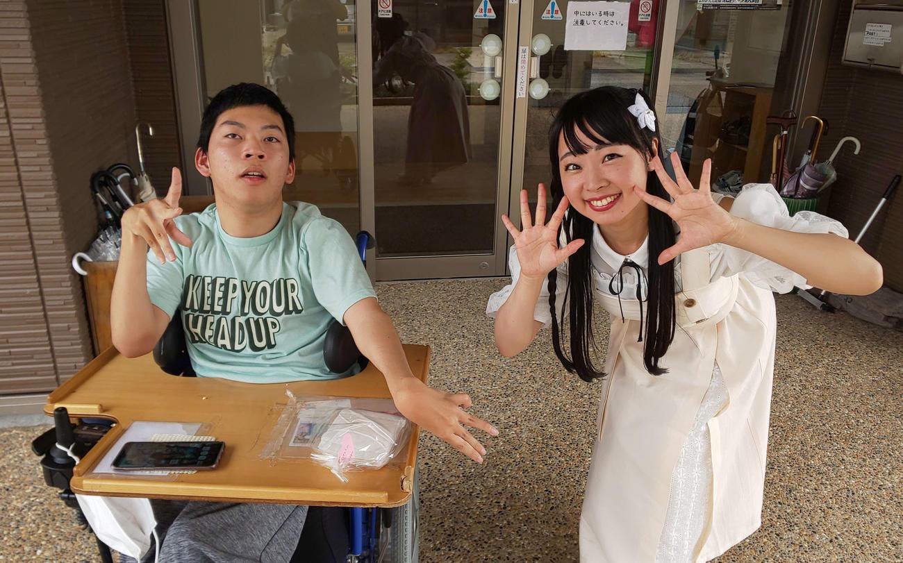 石川県金沢市にある生活介護事業所を訪れたアイドルシンガーの七瀬美菜(右)と同事業所で働き、七瀬の熱烈なファンである地井健太さん