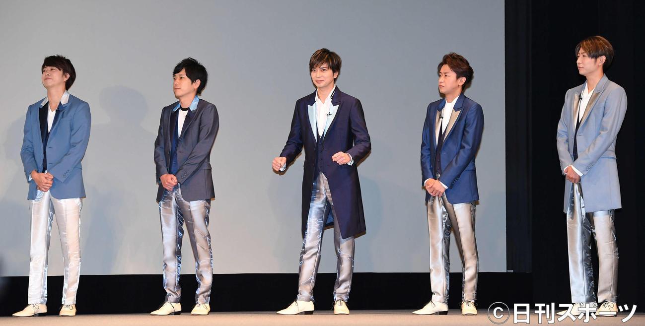 ソフトバンクと嵐の5Gプロジェクトに関する発表会に出席した嵐。左から櫻井翔、二宮和也、松本潤、大野智、相葉雅紀(撮影・鈴木みどり)