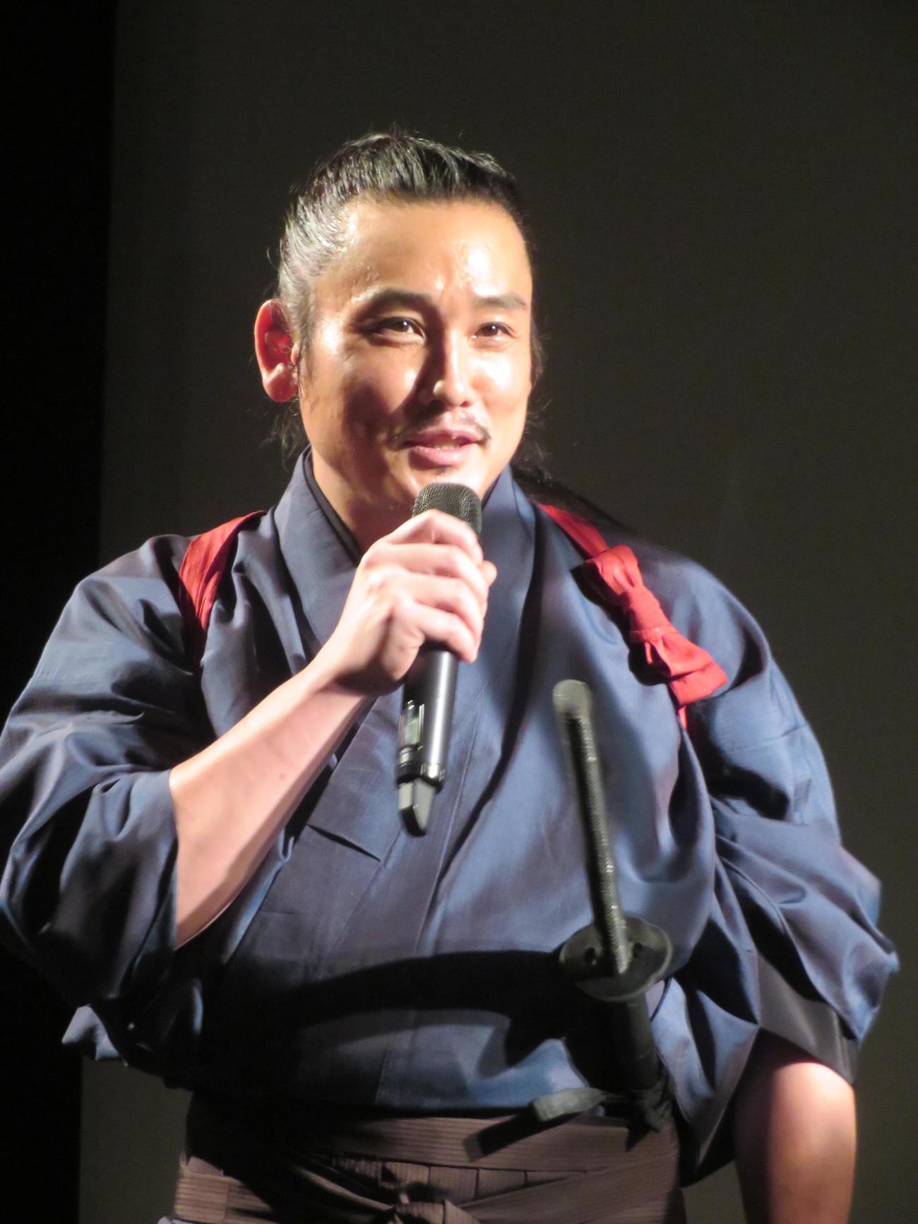 映画「狂武蔵」完成披露無観客イベントで話す坂口拓