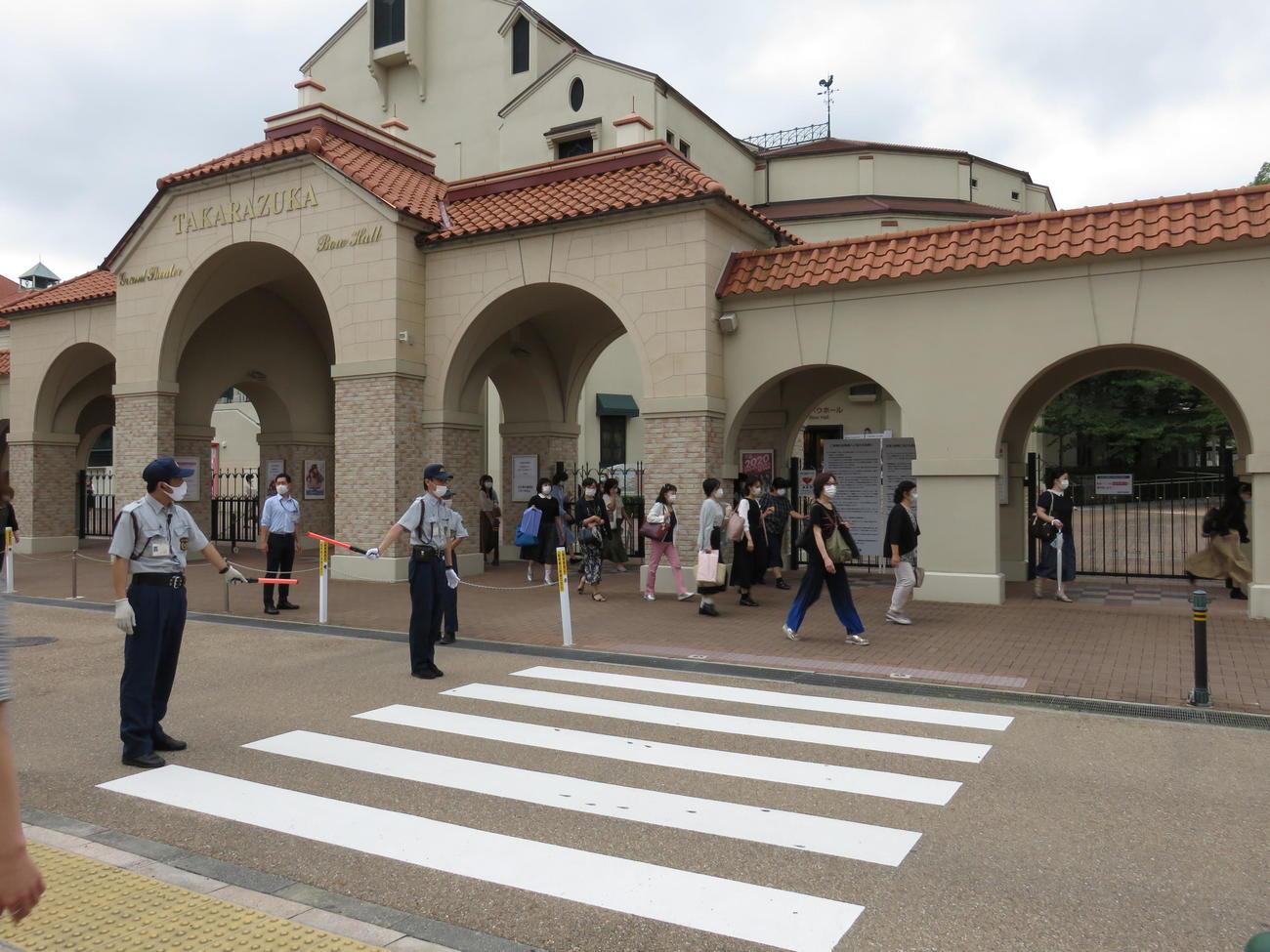再開した兵庫・宝塚大劇場(2020年7月17日撮影)