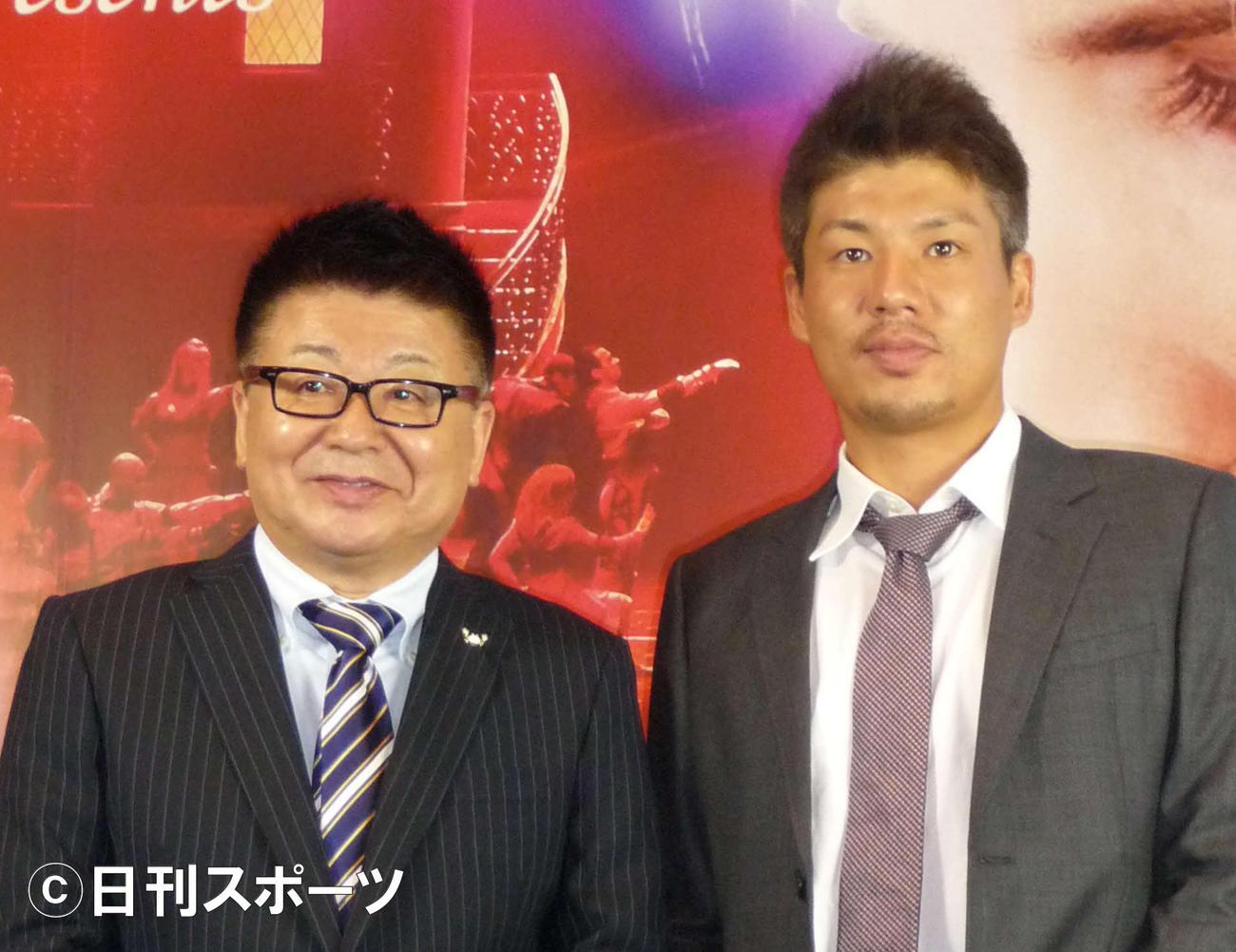 生島ヒロシ(左)と長男で俳優の生島勇輝(2012年10月6日撮影)