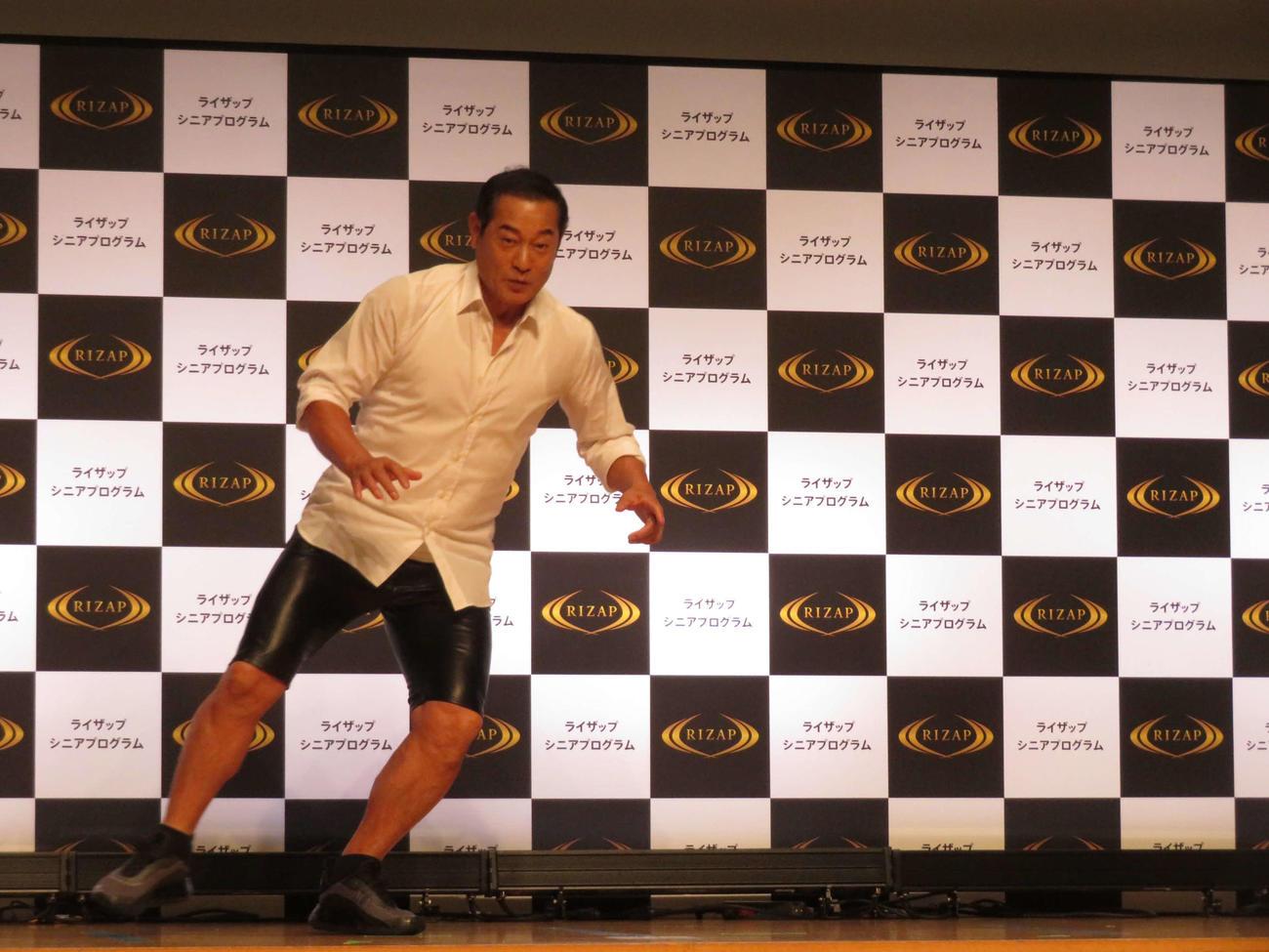 「ライザップ シニアプログラム」を受け、会見で軽やかに反復横跳びを披露する松平健(撮影・村上幸将)