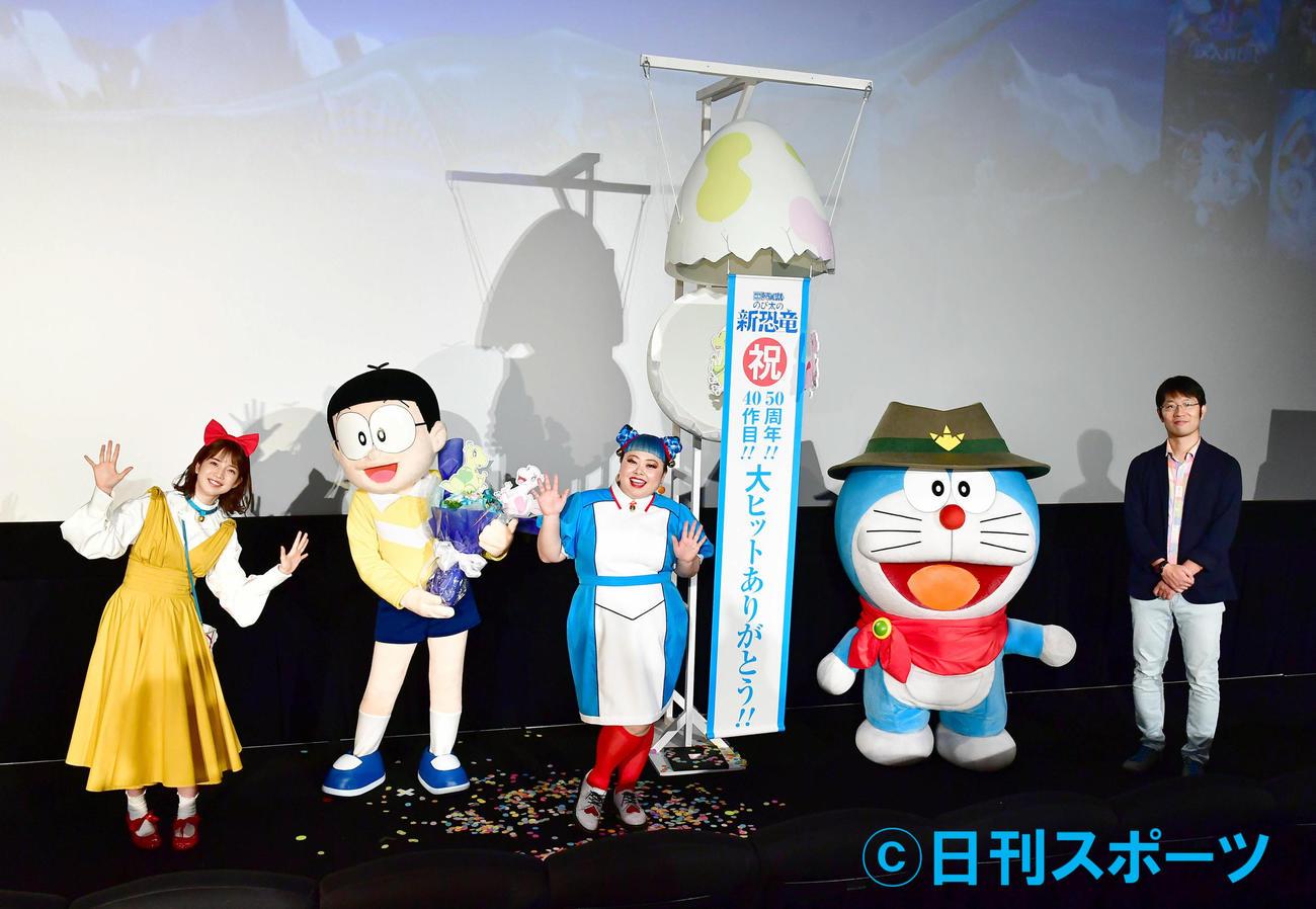 左からテレビ朝日の弘中アナウンサー、のび太、渡辺直美、ドラえもん、今井監督(撮影・小沢裕)