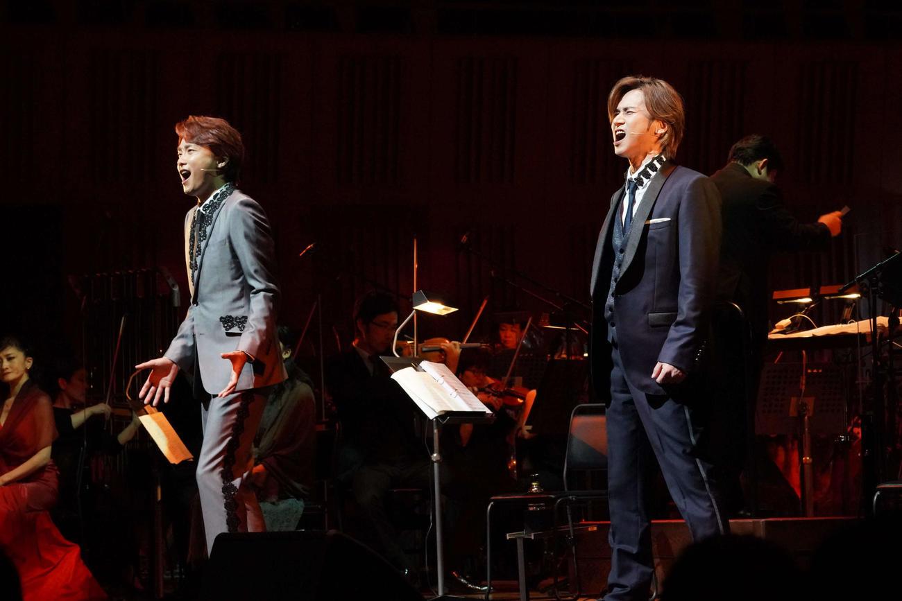 ミュージカル「ナイツ・テイル」inシンフォニックコンサートに出演の井上芳雄(左)、堂本光一