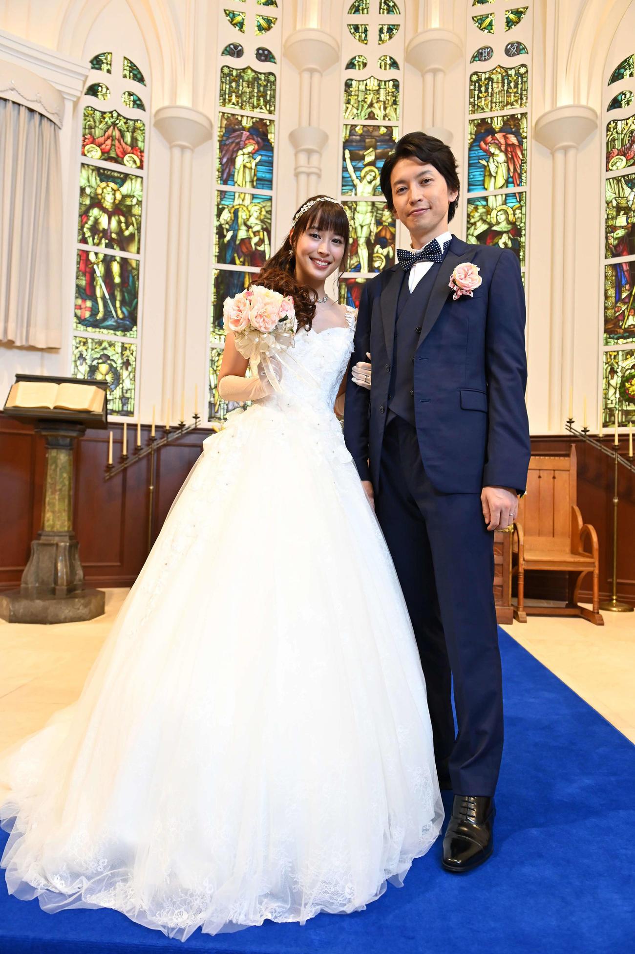 5年前に幸せな結婚式を妻の澪(広瀬アリス=左)と挙げた剣崎元春(大倉忠義)(ⓒフジテレビ)