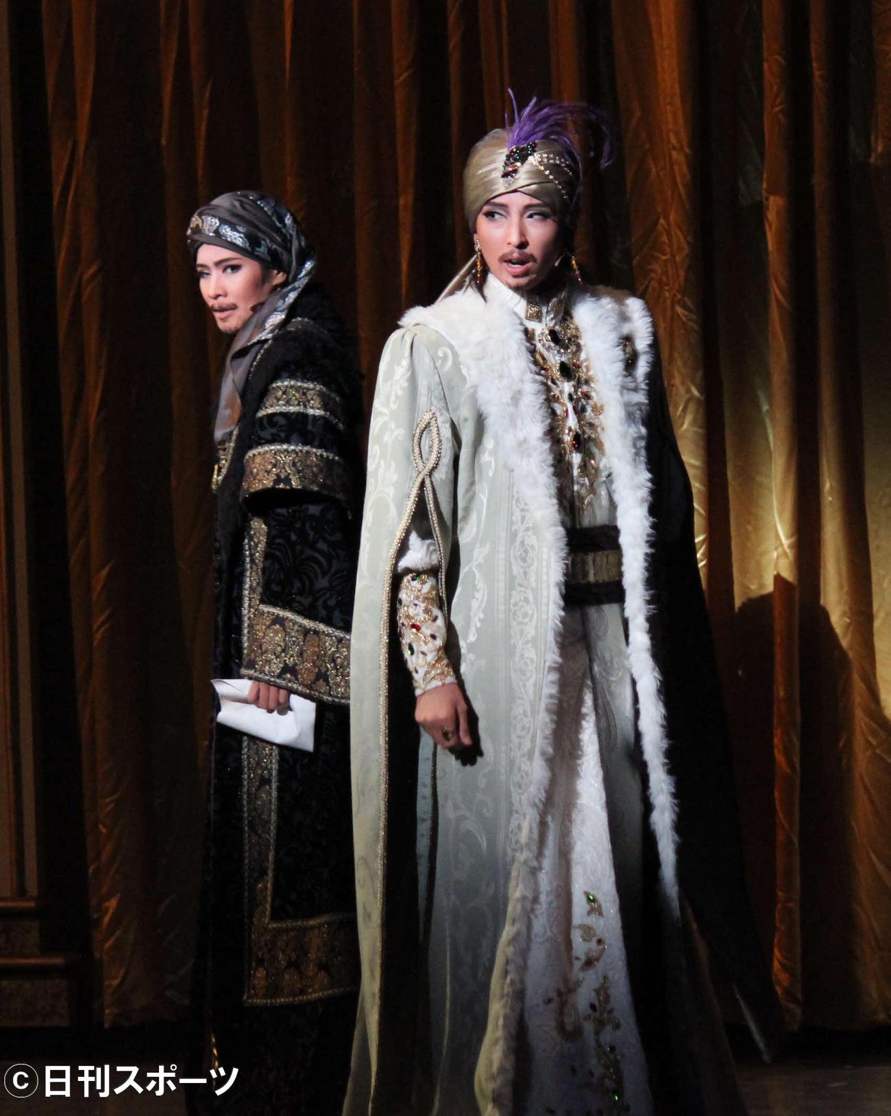 オスマン帝国皇帝役で主演した桜木みなと(右)と、腹心役の和希そら(撮影・村上久美子)