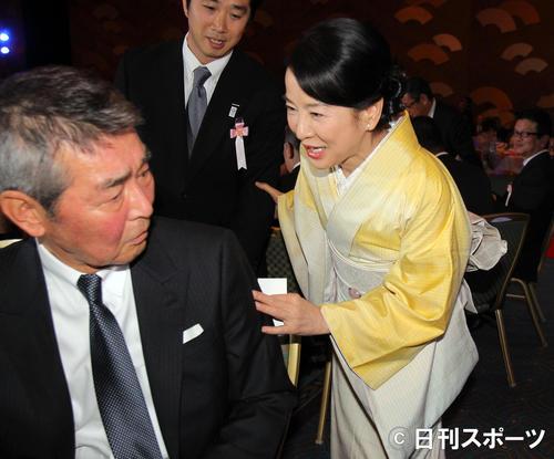 吉永小百合(右)渡哲也さん(2012年12月28日撮影)