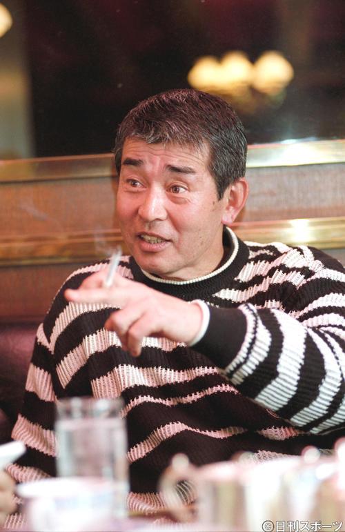カジュアルなセーター姿もスキなく、ダンディーな装いの渡哲也さん(96年4月6日)