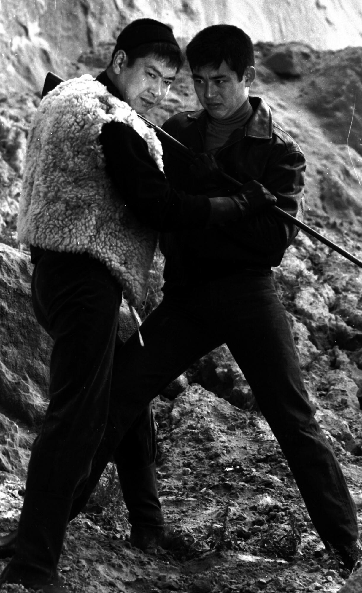 石原裕次郎さん(左)と撮影に挑む (65年)