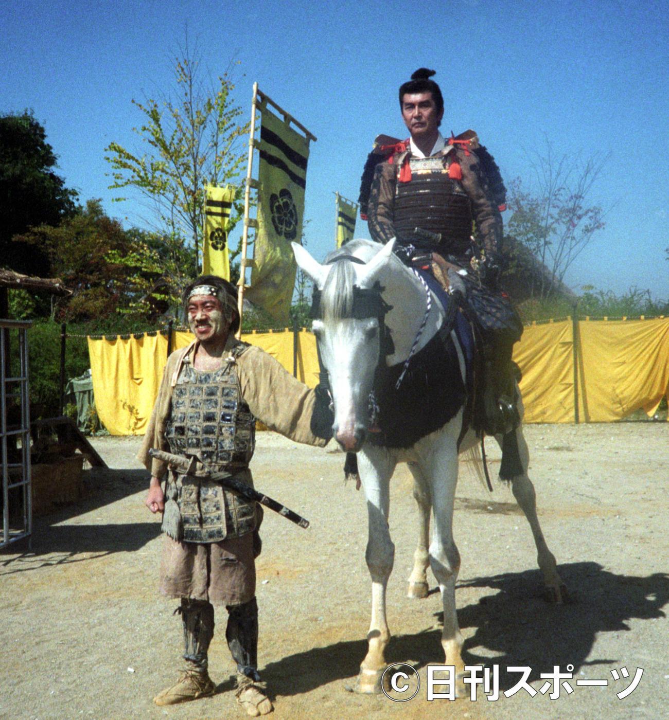 NHK「秀吉」収録でよろい姿で信長を演じる渡哲也さんと、秀吉役の竹中直人(1995年9月22日撮影)