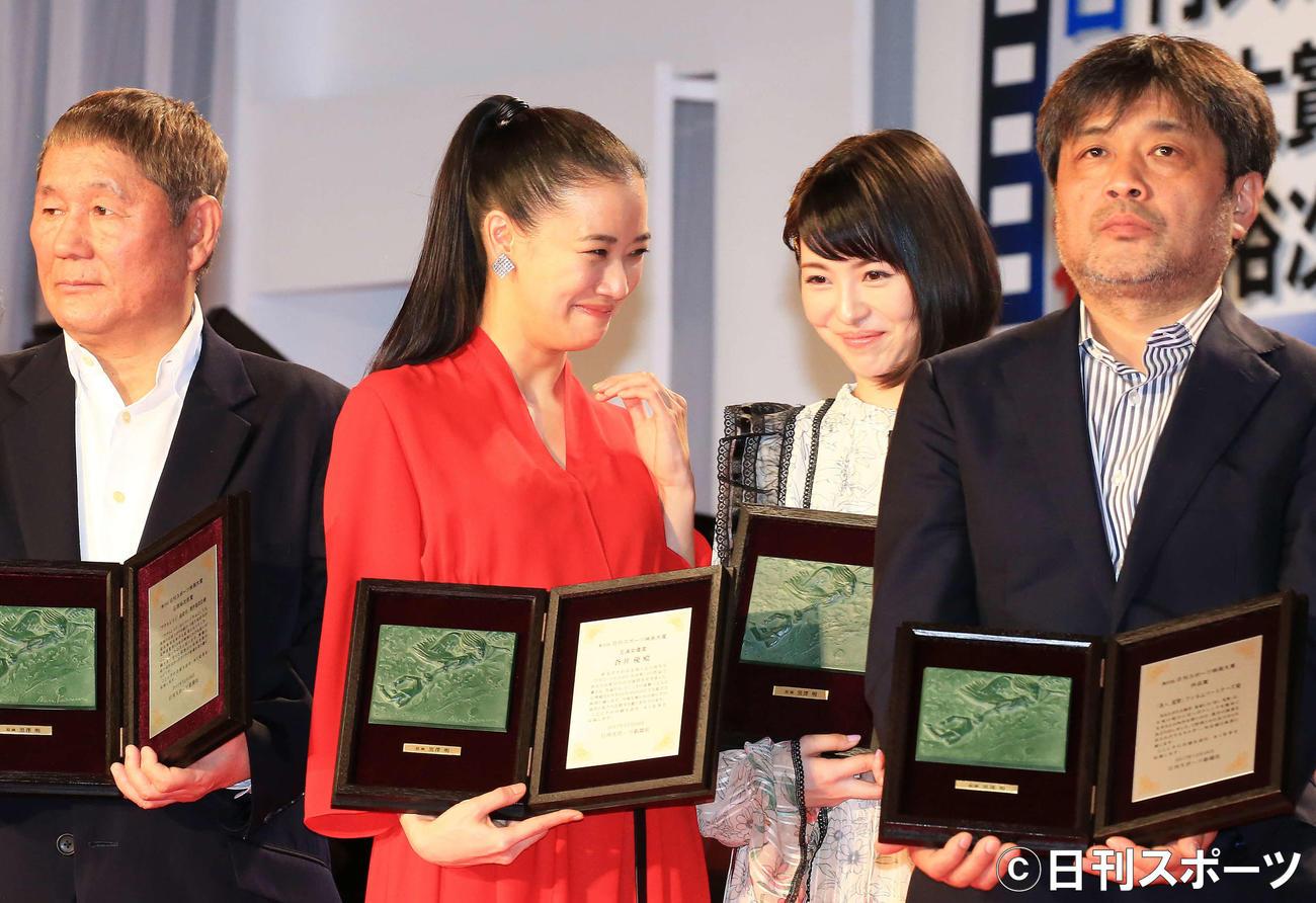 記念撮影時、蒼井優(中央左)に声かけられ笑顔を見せる浜辺美波(同右)(2017年12月28日撮影)