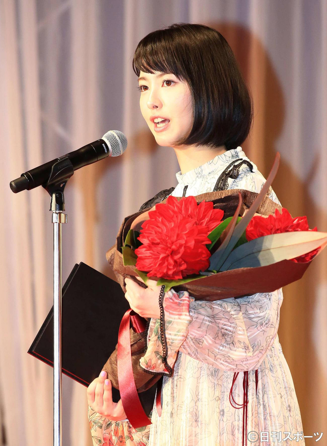 喜びの声を上げる新人賞の浜辺美波(2017年12月28日撮影)