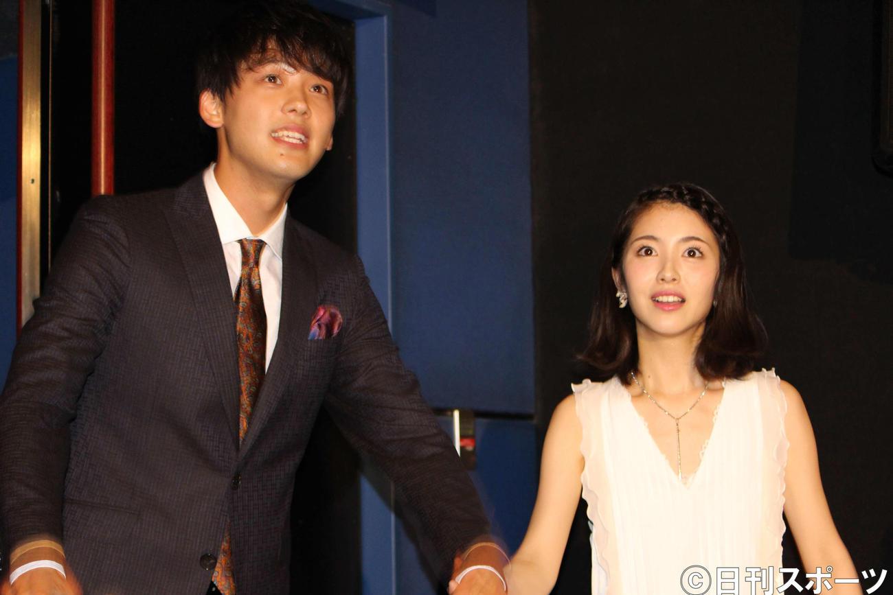 舞台あいさつ後、手をとって観客にあいさつする竹内涼真(左)と浜辺美波(2018年8月1日撮影)