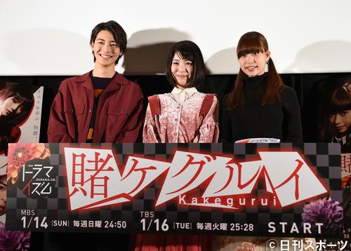 「賭ケグルイ」エピソード1特別上映会前のフォトセッションでポーズをとる、左から高杉真宙、浜辺美波、森川葵(2018年1月8日撮影)