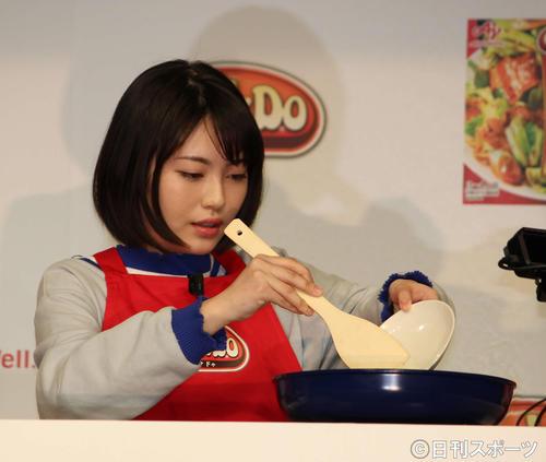 浜辺美波も料理を手伝った(2018年2月7日撮影)