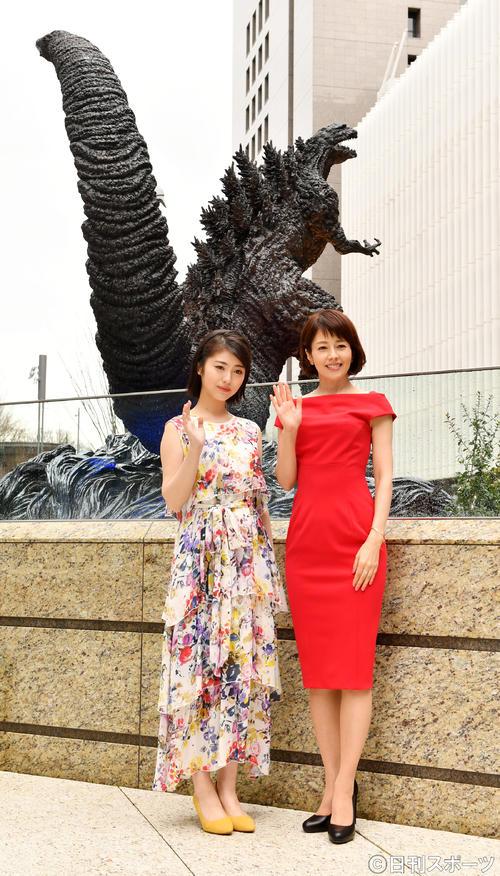 「新・ゴジラ除幕式」で記念撮影に納まる浜辺美波(左)と沢口靖子(2018年3月22日撮影)