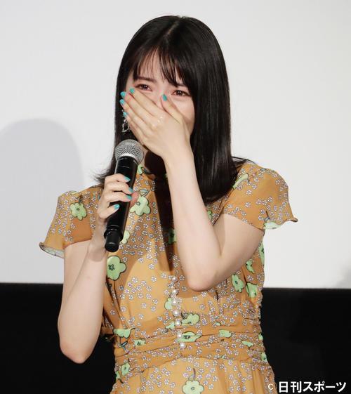 映画「思い、思われ、ふり、ふられ」初日舞台あいさつで涙を流す浜辺美波(2020年8月14日撮影)