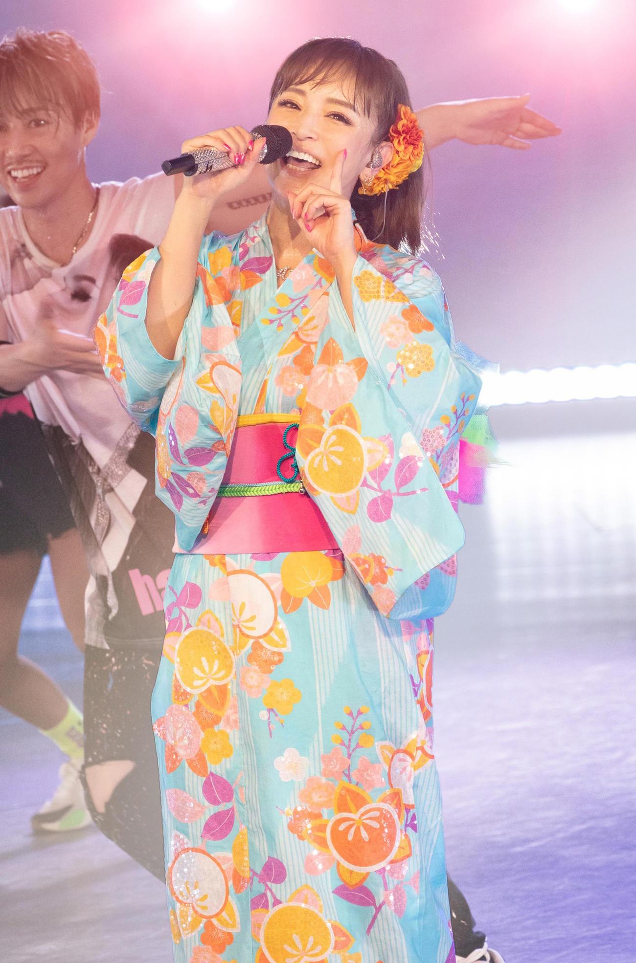 「a-nation online 2020」のヘッドライナーを務め浴衣姿で歌う浜崎あゆみ