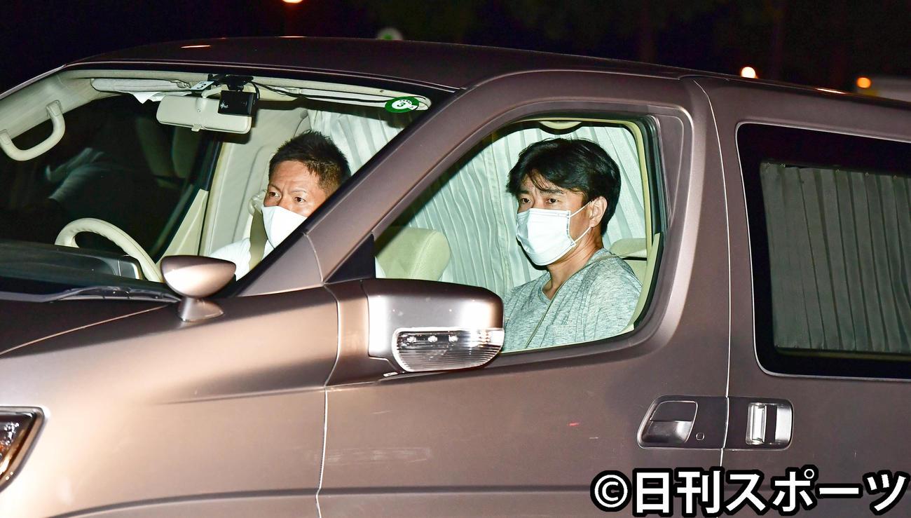 午後8時35分、大麻取締法違反の疑いで逮捕された伊勢谷容疑者が乗ったと思われる車はカーテンで後部座席が覆われ中の様子を伺うことはできなかった(撮影・小沢裕)
