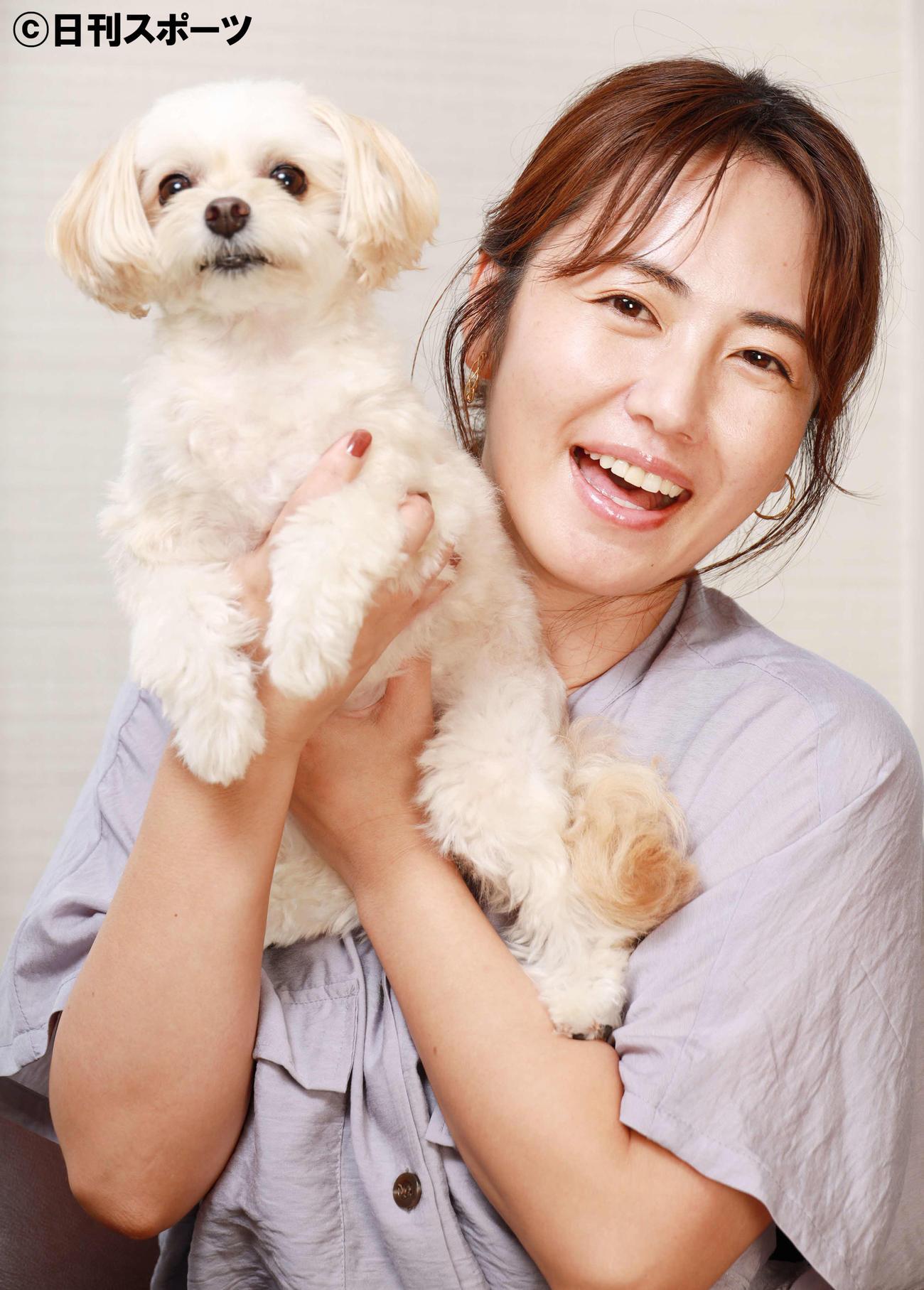 愛犬リリーを抱き笑顔を見せる磯山さやか