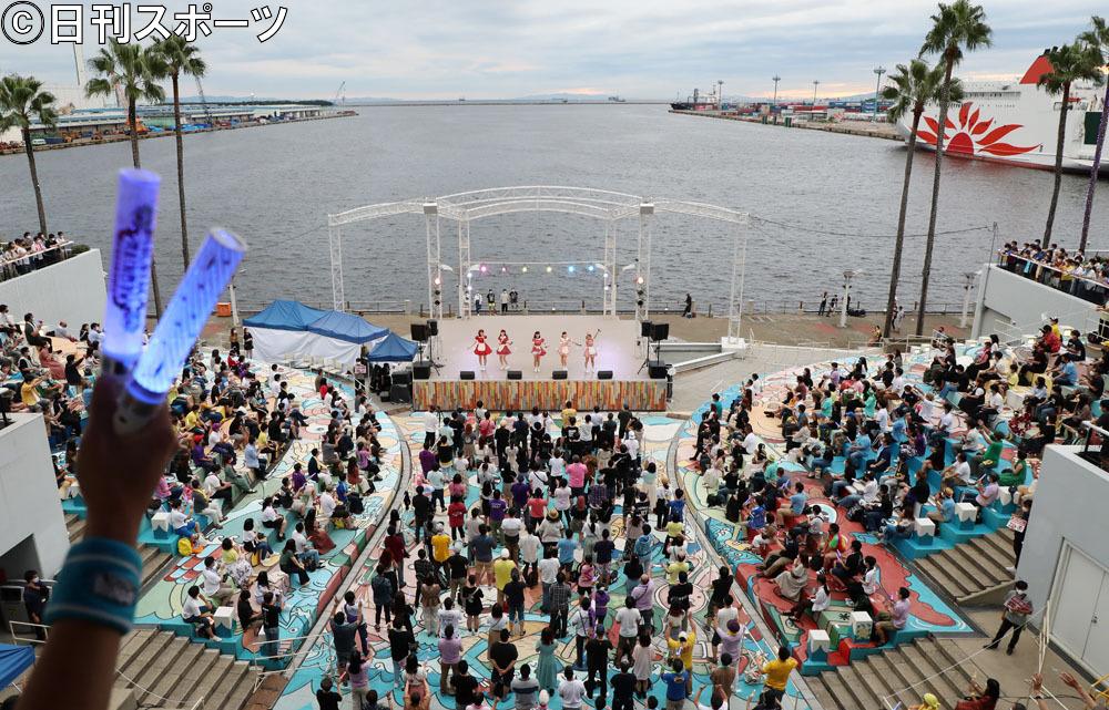 南港ATC・海辺のステージで有観客でフリーライブを行ったたこやきレインボー(撮影・加藤哉)