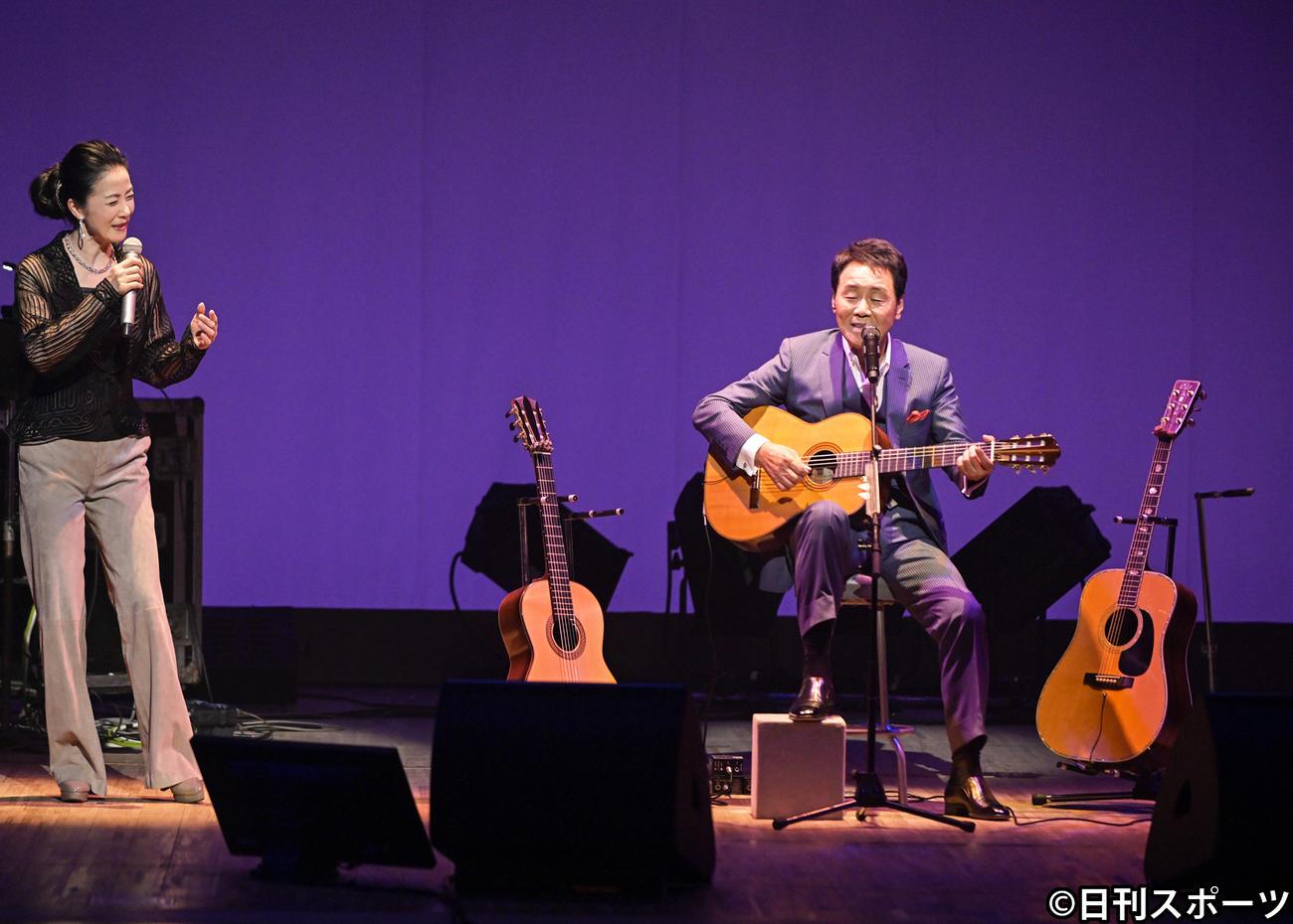 ソーシャルディスタンスコンサート「ITSUKIモデル 弾き語りライブ」で歌う五木ひろし(右)とゲストの坂本冬美(2020年9月1日撮影)