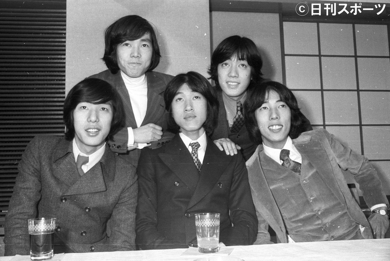 ザ・タイガース加入会見 岸部シロー(前列中央)の新加入が決まり会見を行ったザ・タイガース(1969年3月15日撮影)