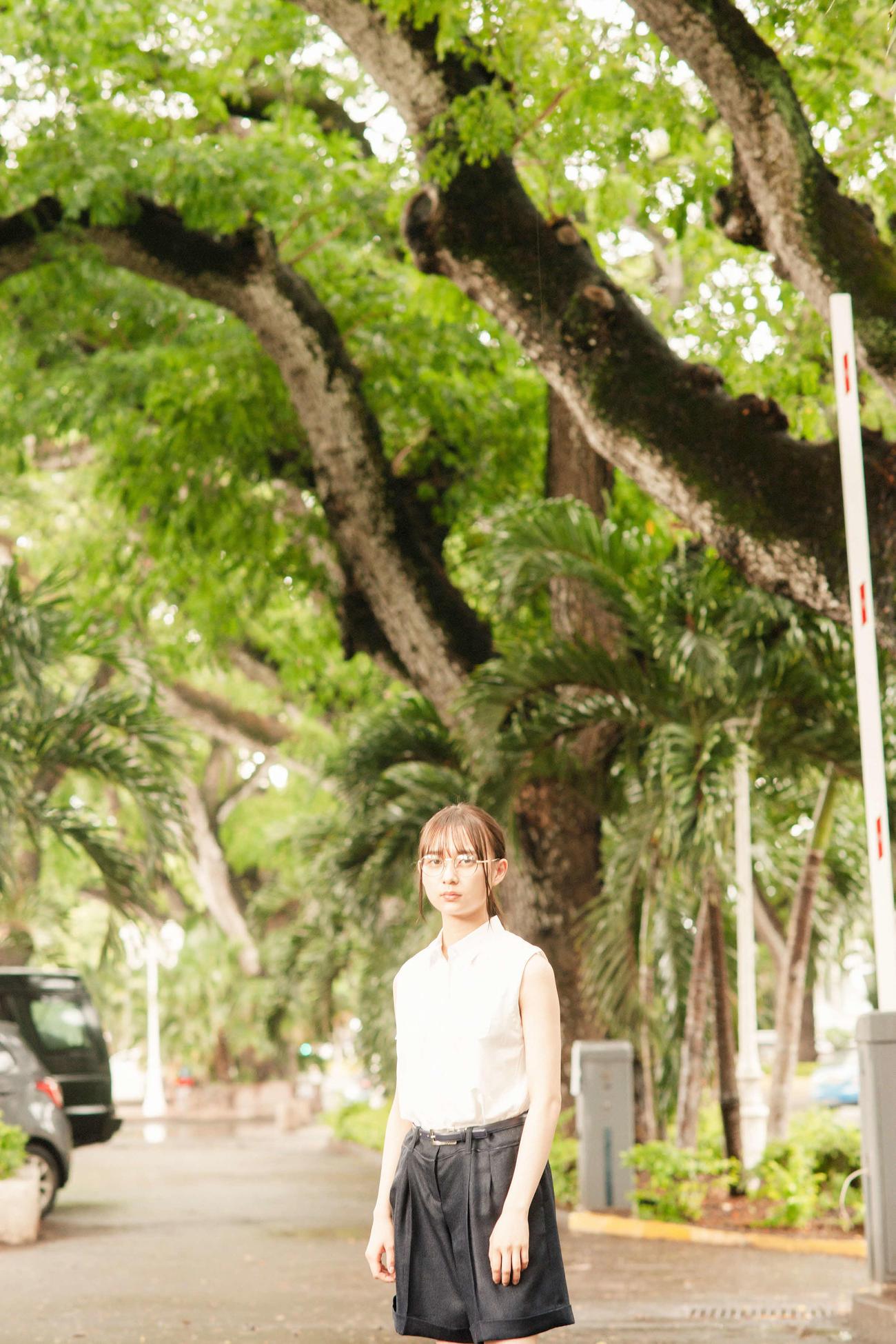 鈴木絢音ファースト写真集の先行カット。タヒチの街角で撮影した