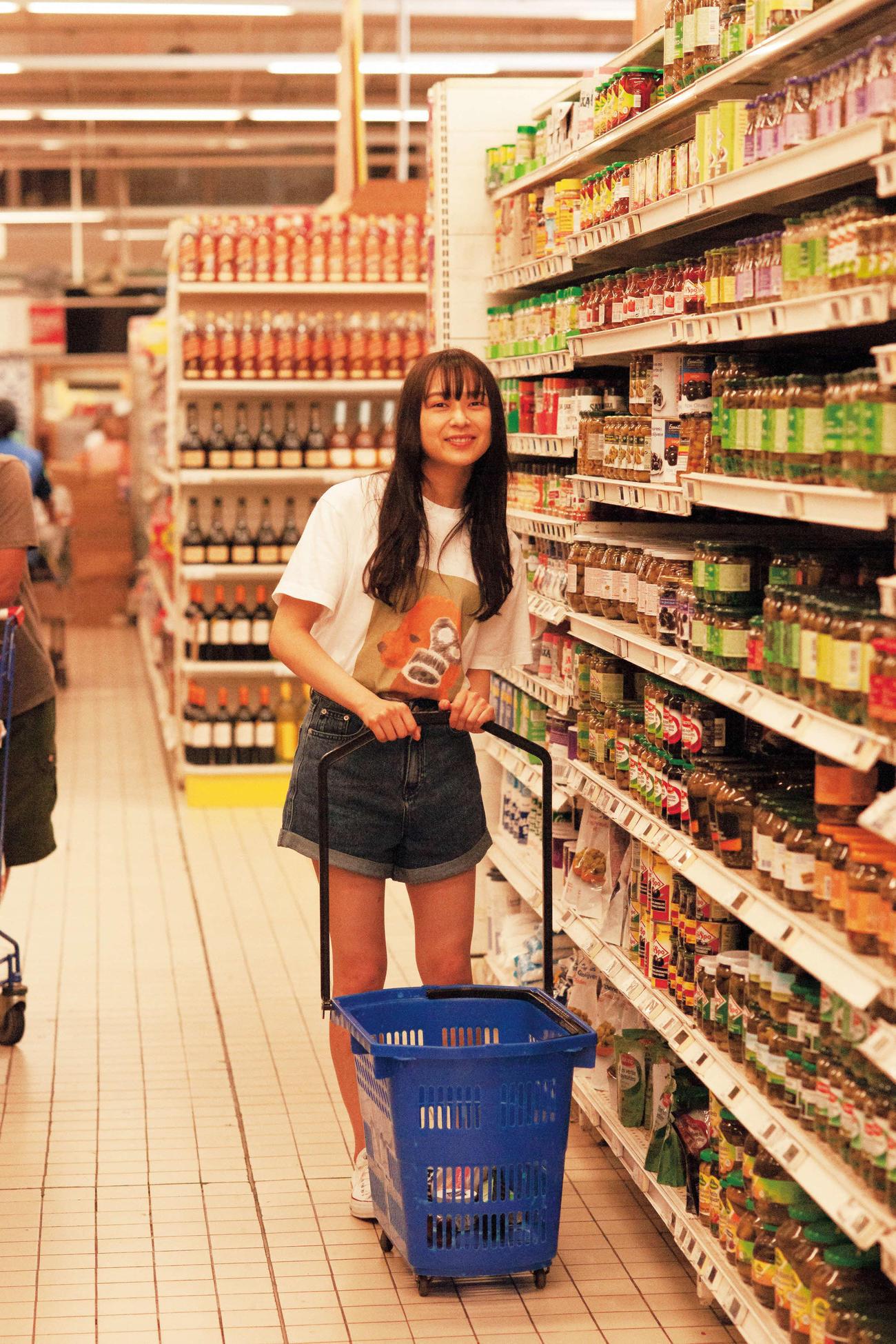 鈴木絢音ファースト写真集の先行カット。タヒチのスーパーで撮影した