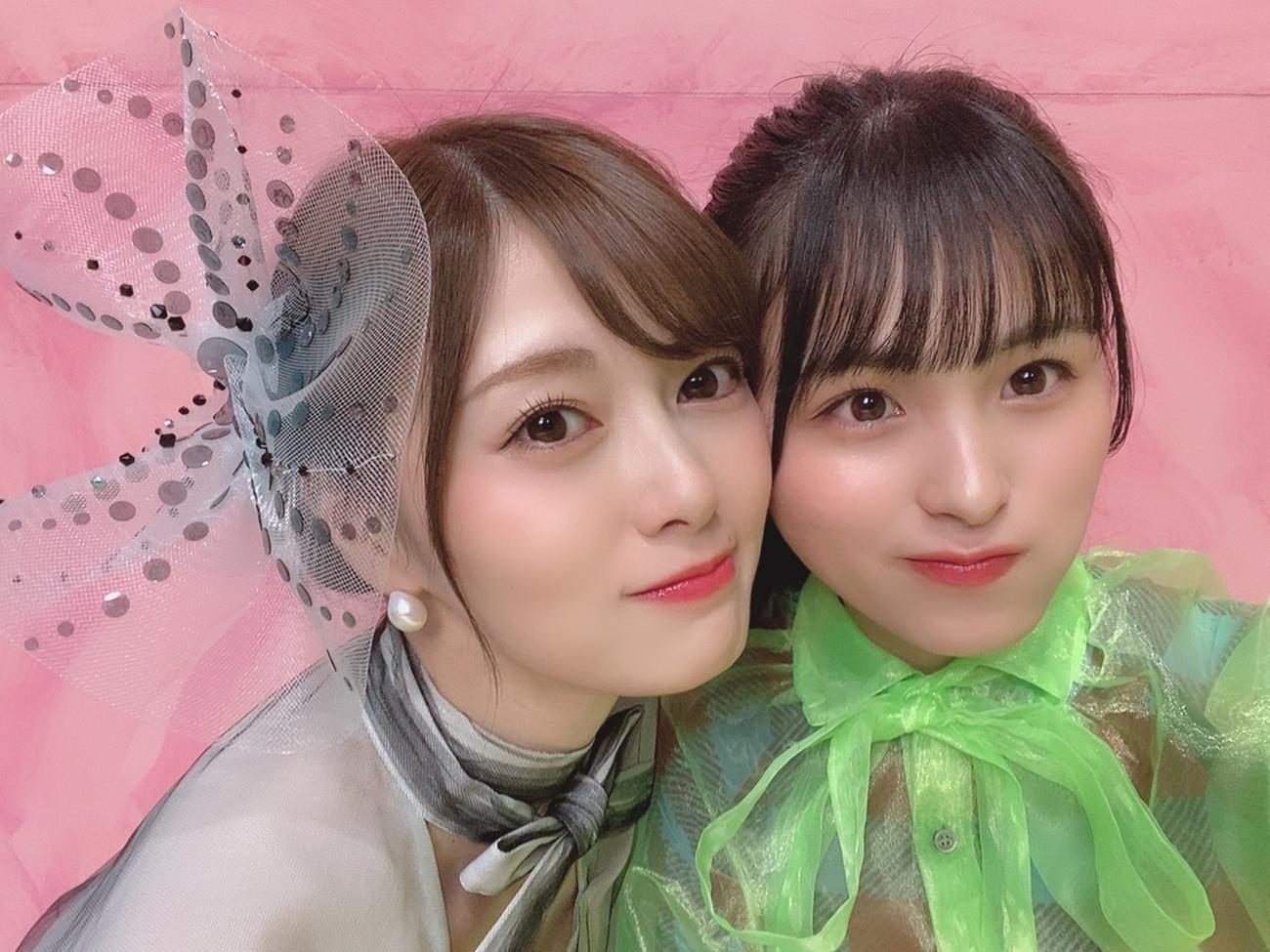 乃木坂46の白石麻衣(左)と大園桃子