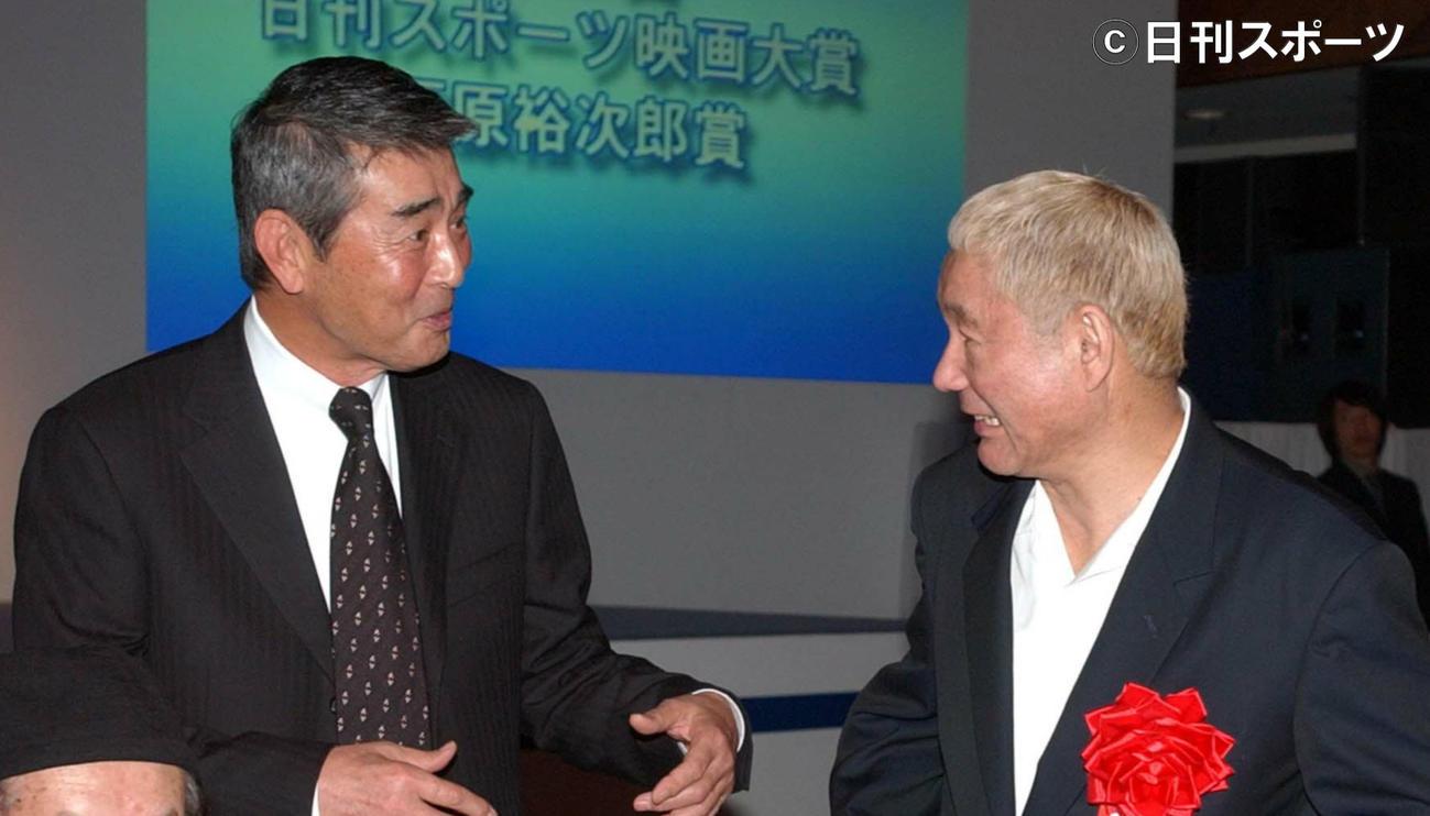 04年12月、談笑する渡哲也さん(左)とビートたけし