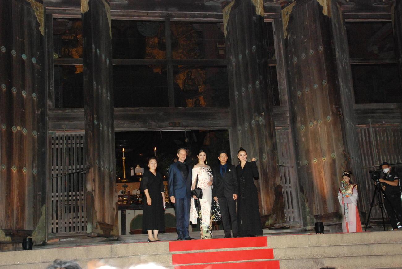 「なら国際映画祭2020」のオープニングで東大寺大仏殿の参道に敷いたレッドカーペットを歩いたアンミカ(左から3人目)、河瀬直美監督(右端)(撮影・松浦隆司)