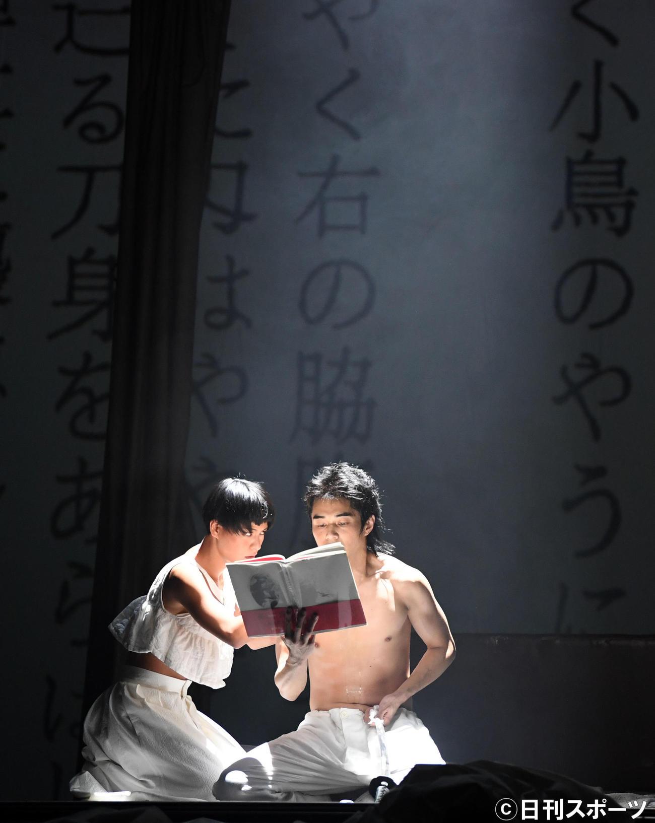 「MISHIMA2020」公開舞台稽古で熱演する東出昌大(右)と菅原小春(撮影・横山健太)