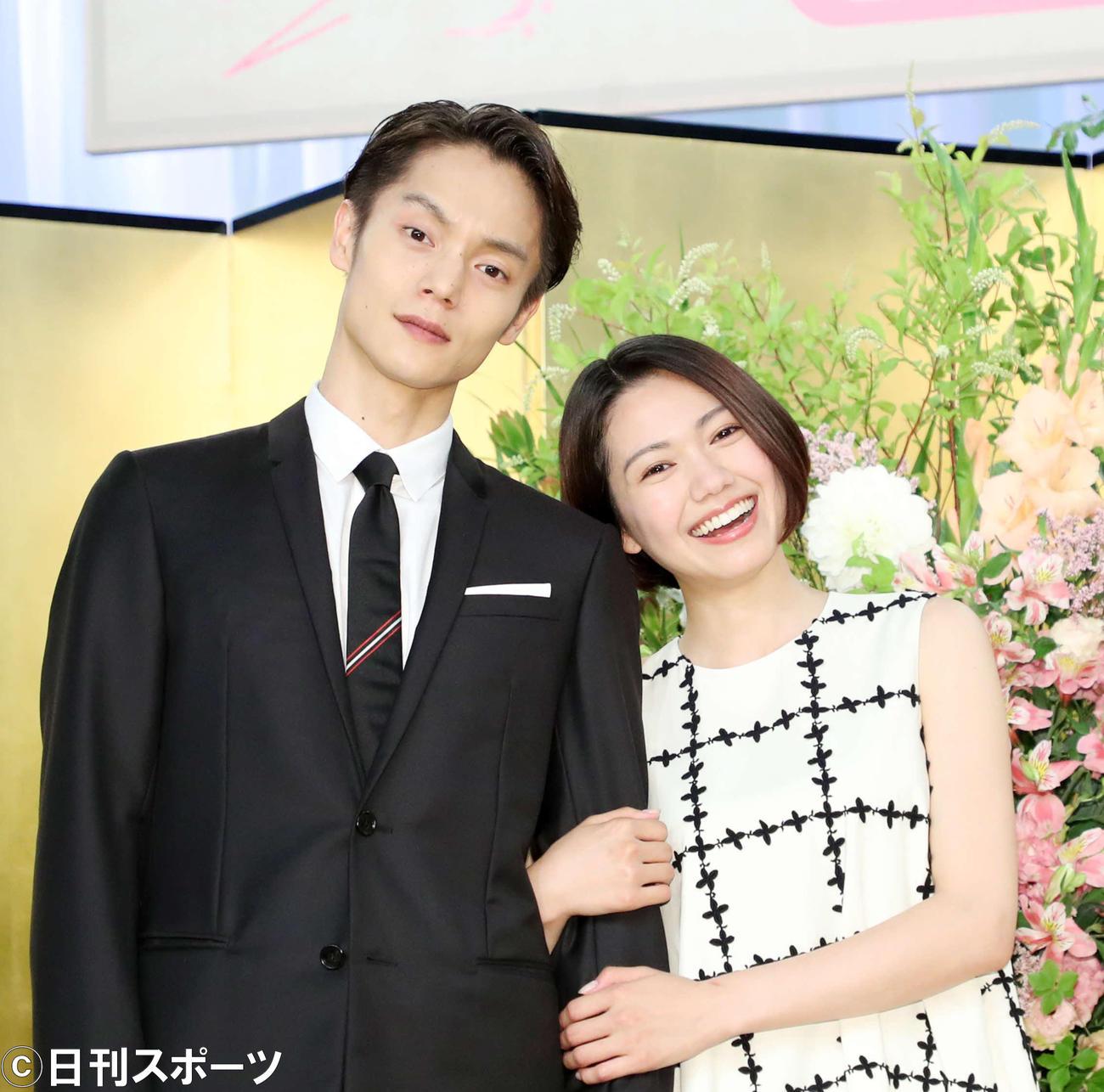 NHK連続テレビ小説「エール」に出演する窪田正孝(左)と二階堂ふみ(19年6月撮影)