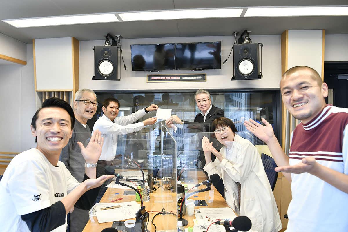 生放送中に編成局長昇進の内示を受けた文化放送太田英昭アナウンサー(左から3人目)