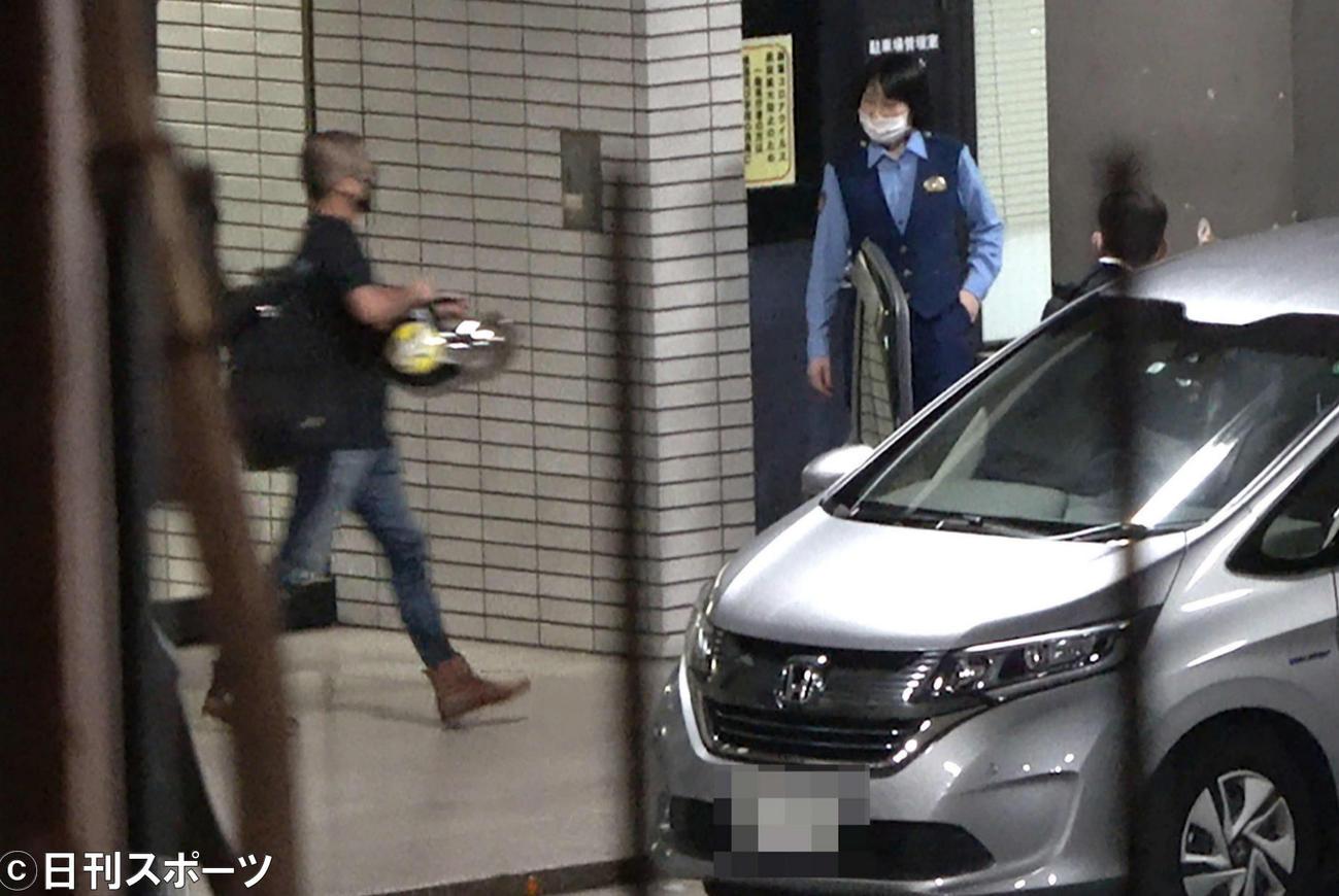 釈放されヘルメットを手に迎えの車に向かう山口達也元メンバー(撮影・大野祥一)