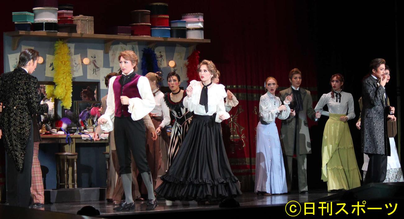 シェイクスピア原作の喜劇をもとにした「ピガール狂騒曲」に臨んだ月組の(左から)月城かなと、珠城りょう、美園さくら、鳳月杏(右端)ら(撮影・村上久美子)