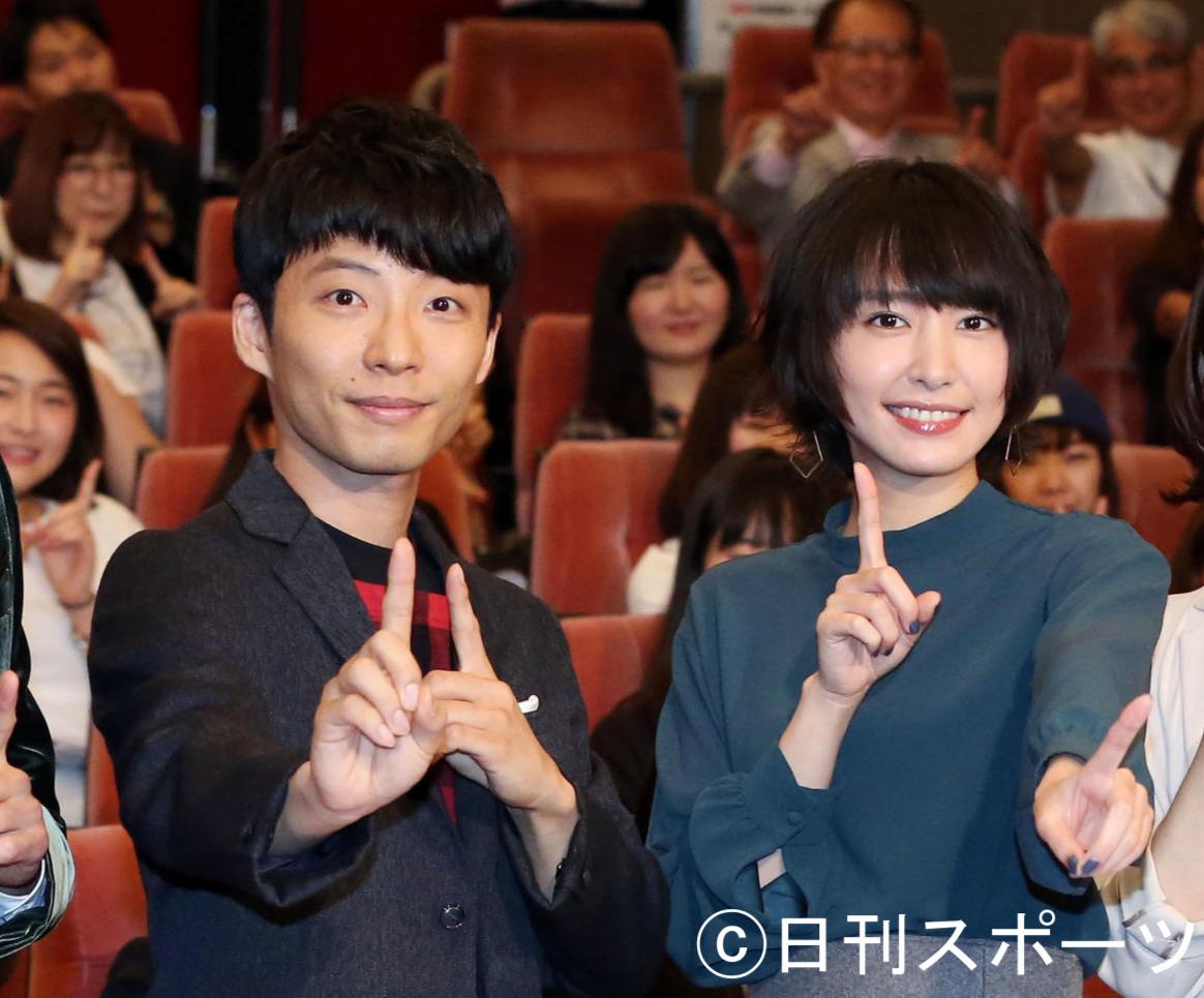 16年10月4日、TBS系ドラマ「逃げるは恥だが役に立つ」のプレミア試写会で記念撮影する星野源と新垣結衣