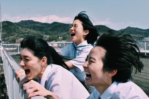 映画「サマーフィルムにのって」主演の伊藤万理華(手前右)。同左は祷キララ、中央奥は河合優実