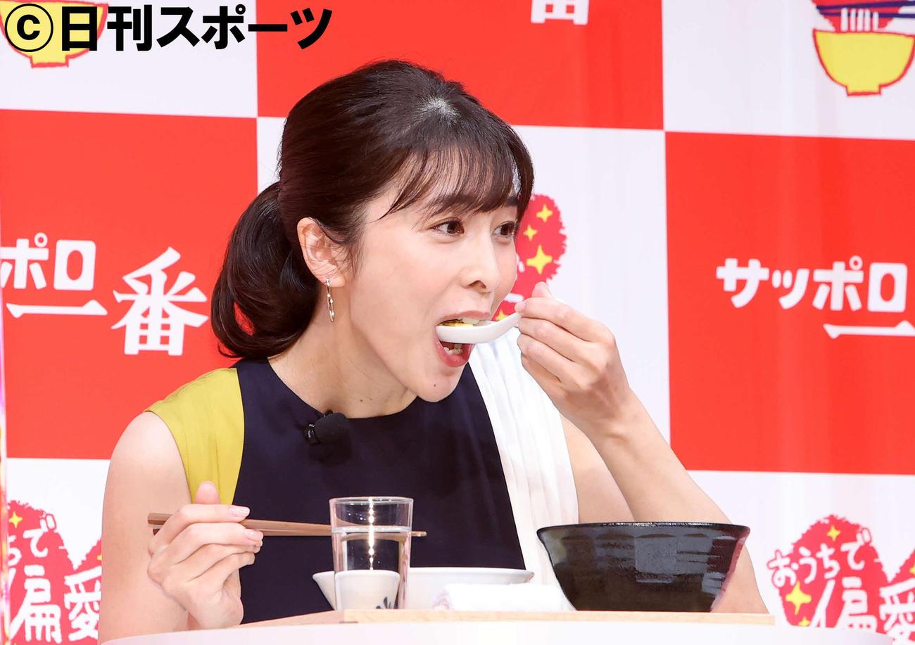 偏愛レシピ「たまごふわっふわ塩カルボナーラ」を食べる竹内結子さん(2020年9月1日撮影)