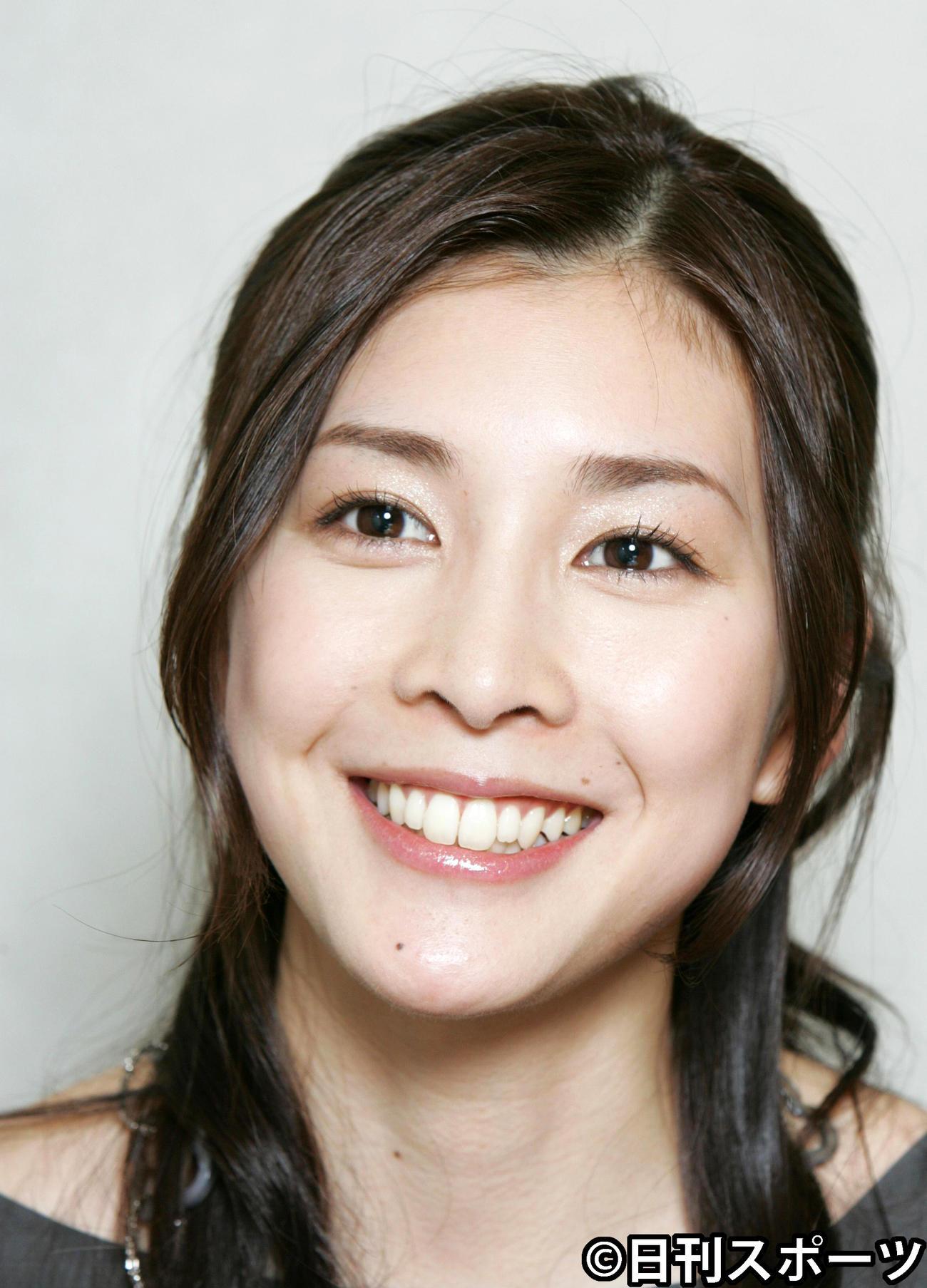 07年11月、インタビューで笑顔を見せる竹内結子さん