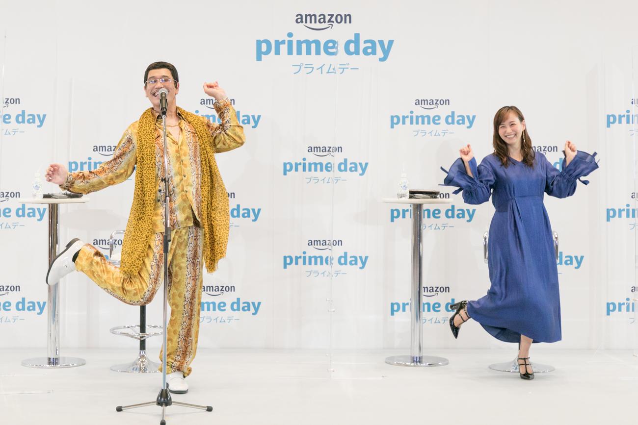 アマゾンプライムのオンライン会見で「PPAP」のアマゾンバージョン「APPD」を披露したピコ太郎(左)と藤本美貴