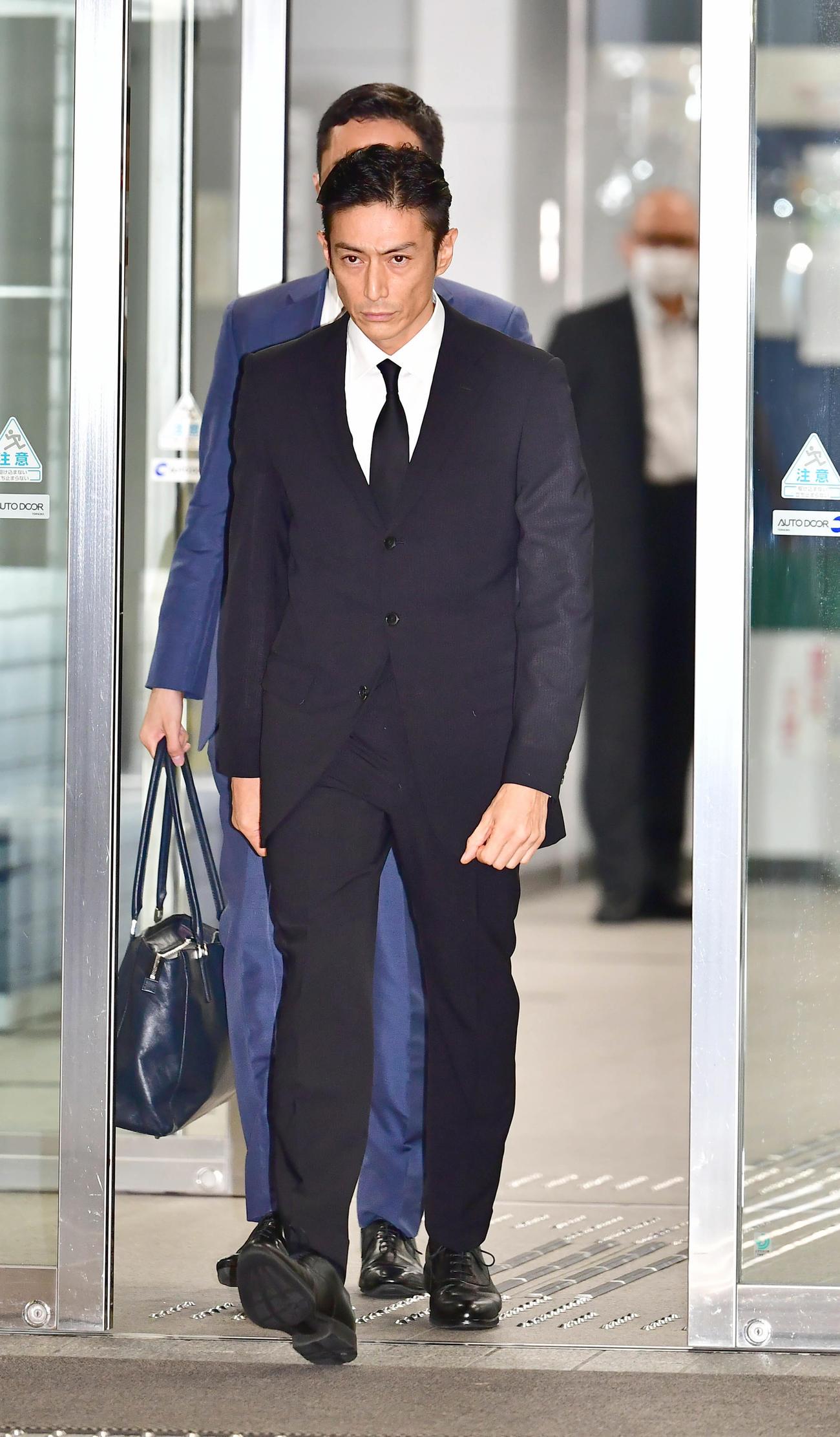 大麻取締法違反の罪で起訴され、東京湾岸署を保釈された俳優の伊勢谷被告(撮影・小沢裕)