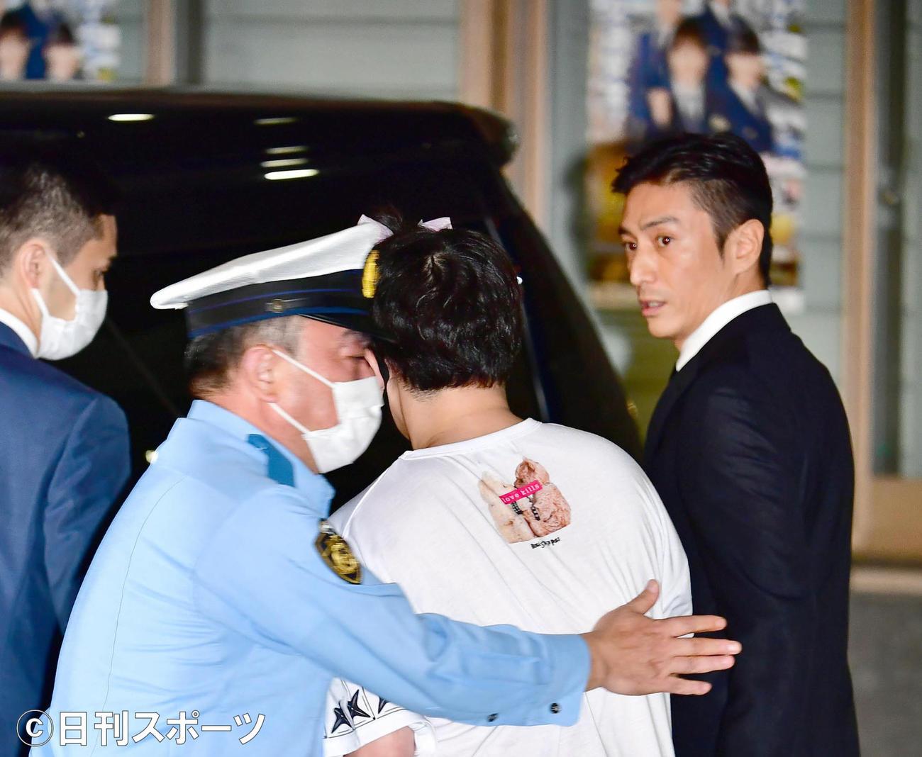 大麻取締法違反の罪で起訴され、この日東京湾岸署から保釈された俳優の伊勢谷友介被告(右)に男性が直撃を試みて警察署員に取り押さえられるハプニングが起こった(撮影・小沢裕)