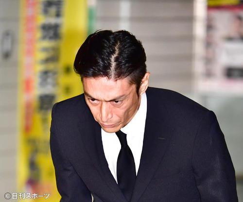 大麻取締法違反の罪で起訴され、この日東京湾岸署を保釈された俳優の伊勢谷被告は大勢の報道陣の前で深々と頭を下げる(撮影・小沢裕)