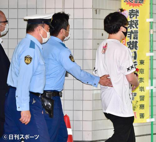 大麻取締法違反の罪で起訴され、この日東京湾岸署を保釈された俳優の伊勢谷被告にインタビューを試みた乱入者が警察署員に取り押さえられ、署内に連れ込まれるハプニングが起こった(撮影・小沢裕)